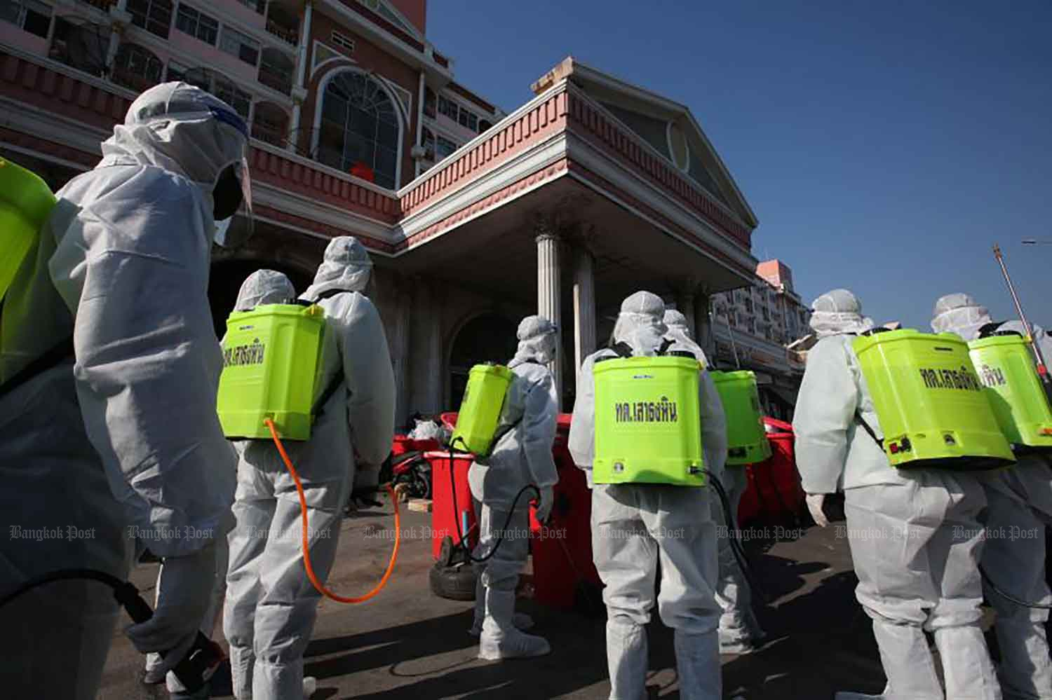 Disease control workers are about to spray disinfectant at a condominium building in Bang Yai district of Nonthaburi on Wednesday. (Photo by Pattarapong Chatpattarasill)