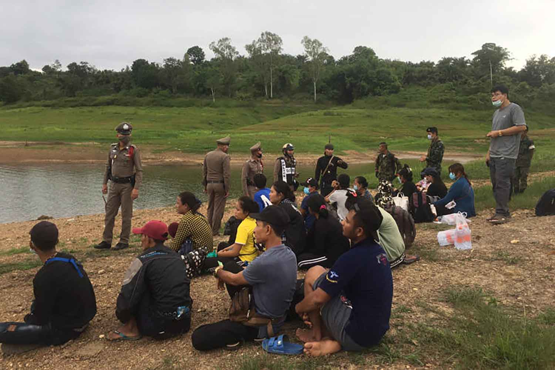 Officers arrest 18 illegal migrants in Sangkhlaburi district of Kanchanaburi in July last year. (Photo by Piyarat Chongcharoen)