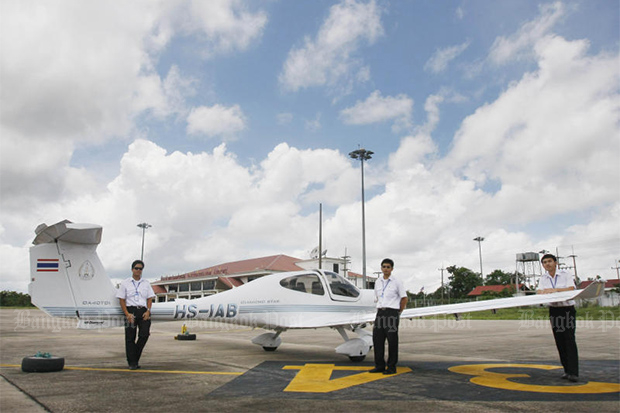 Students of the International Aviation College at Nakhon Phanom University pose with a Diamond training plane at Nakhon Phanom airport on Aug 10, 2008. (Bangkok Post file photo)
