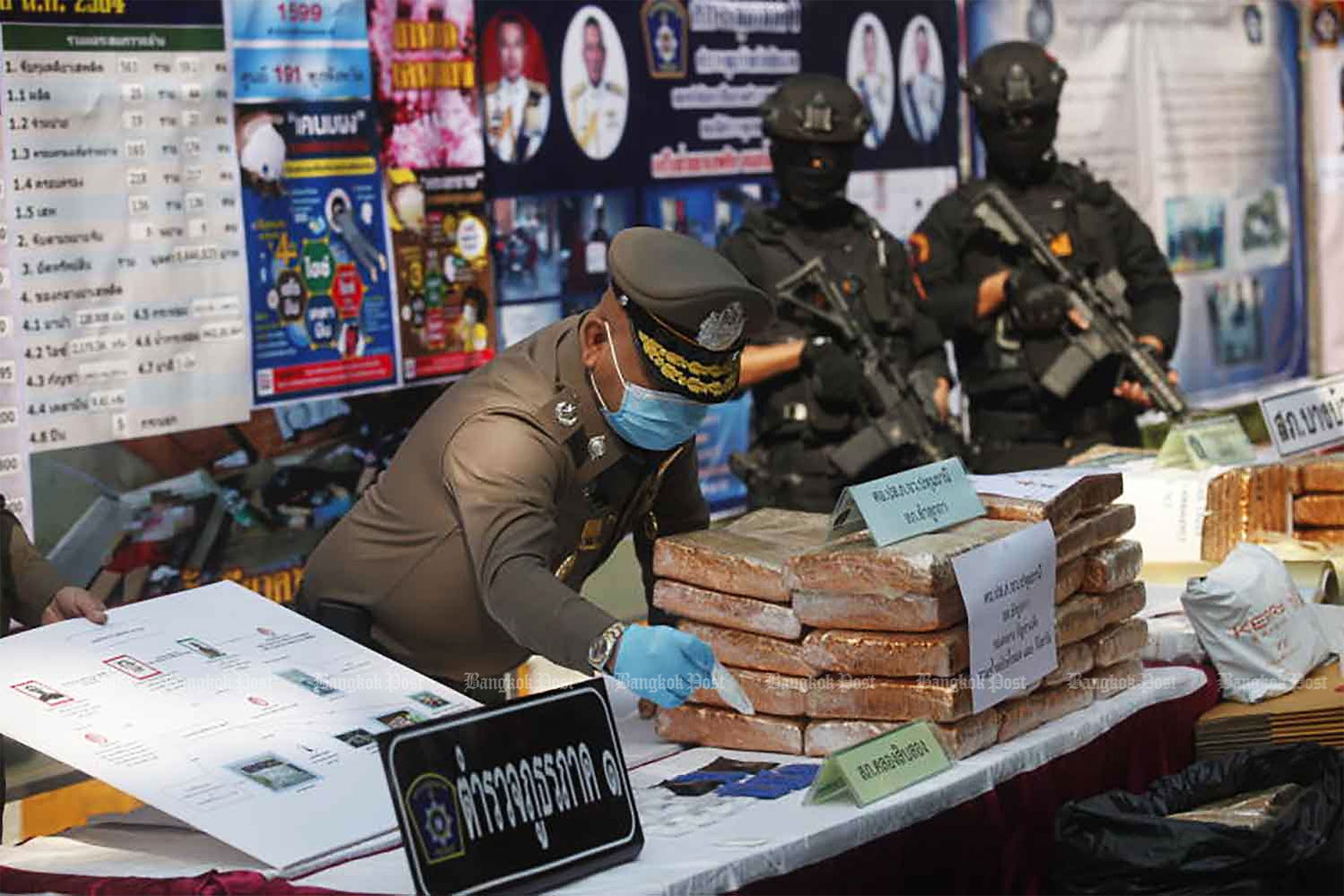 A policeman arranges drugs for display at a press briefing at Provincial Police Region 1 in the capital on Tuesday. The drugs were seized in Central Plains provinces between Jan 13-18. (Photo by Nutthawat Wicheanbut)