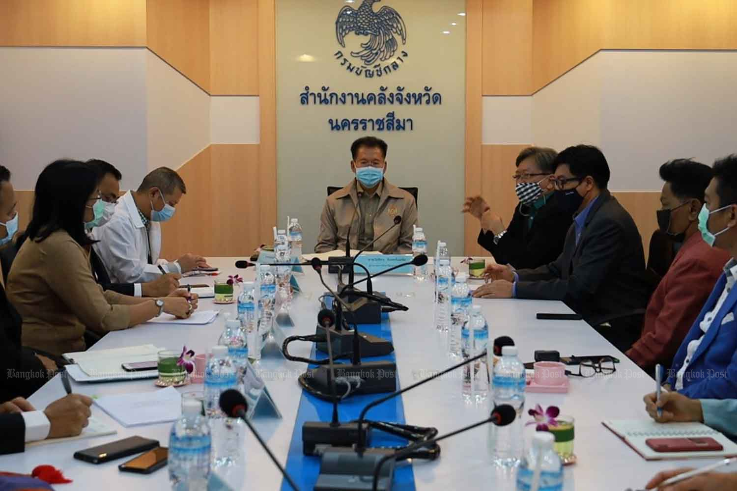 Nakhon Ratchasima governor Wichian Chantaranothai, centre, discusses disease control with provincial authorities at the Nakhon Ratchasima provincial hall on Wednesday. (Photo: Prasit Tangprasert)