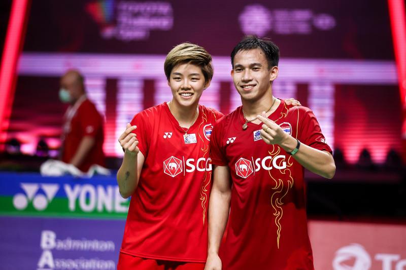 Dechapol Puavaranukroh (right) and Sapsiree Taerattanachai celebrate after winning the Toyota Thailand Open final on Sunday. (Badminton Association of Thailand photo)