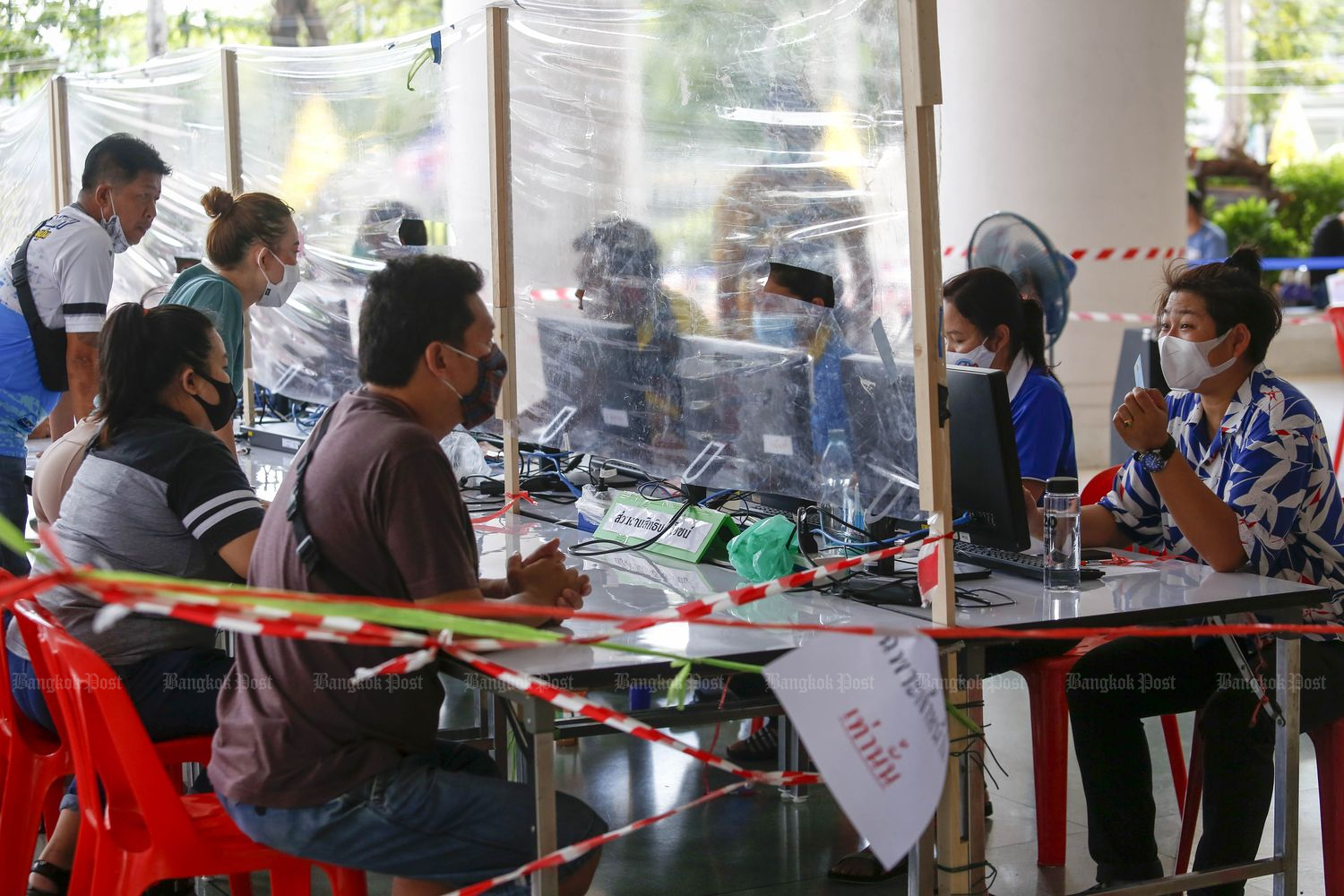 Laid-off employees apply for benefits at the Social Security Office's headquarters in Nonthaburi province in May last year. (Photo by Pattarapong Chatpattarasill)
