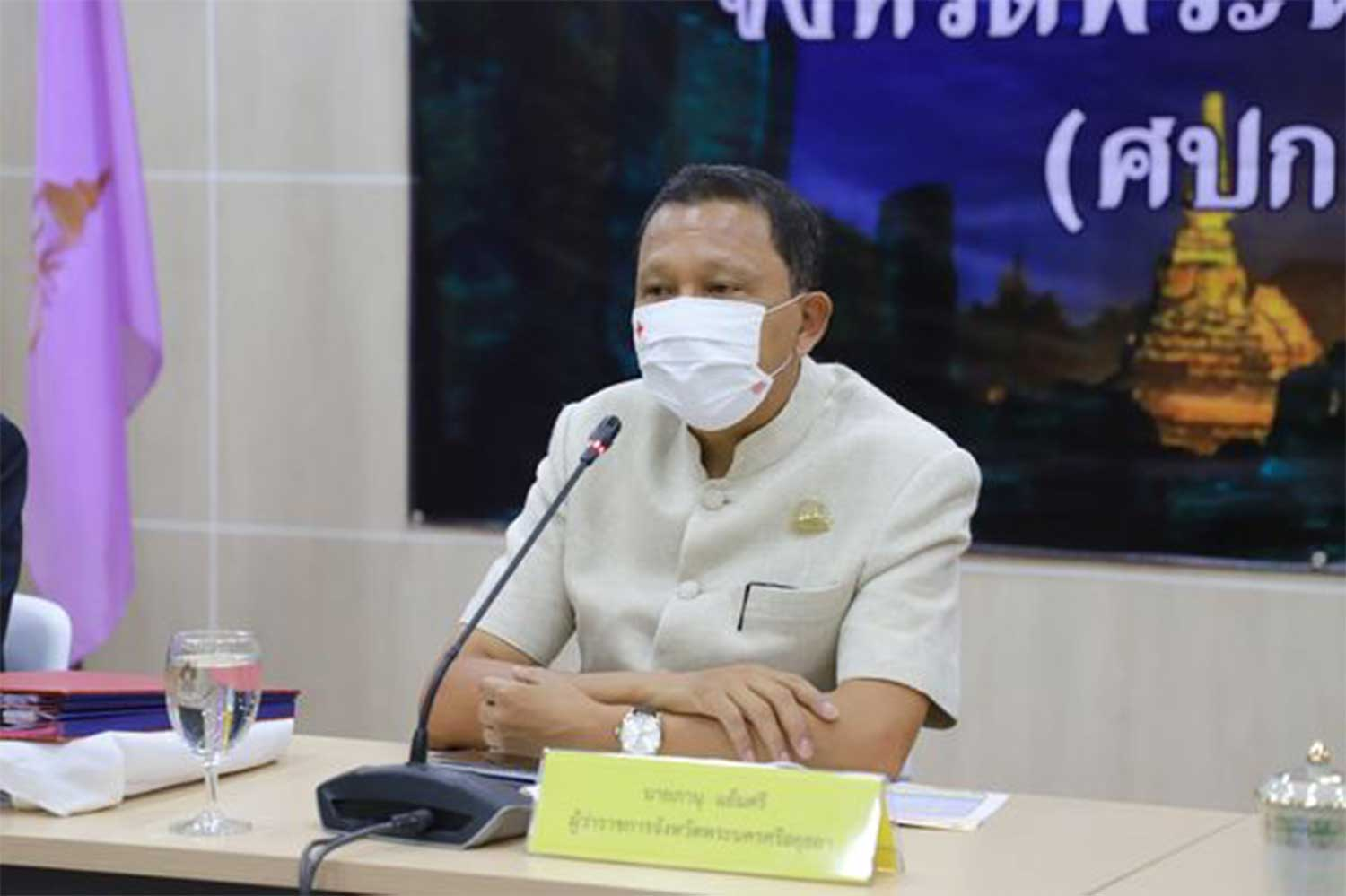 Aytthaya governor Panu Yaemsri chairs a meeting of the provincial communicable disease committee on Thursday morning. (Photo: Sunthorn Pongpao)