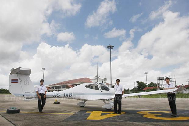 Students of the International Aviation College at Nakhon Phanom University pose with a Diamond training plane at Nakhon Phanom airport on Aug 10, 2008. (Bangkok Post file photo)