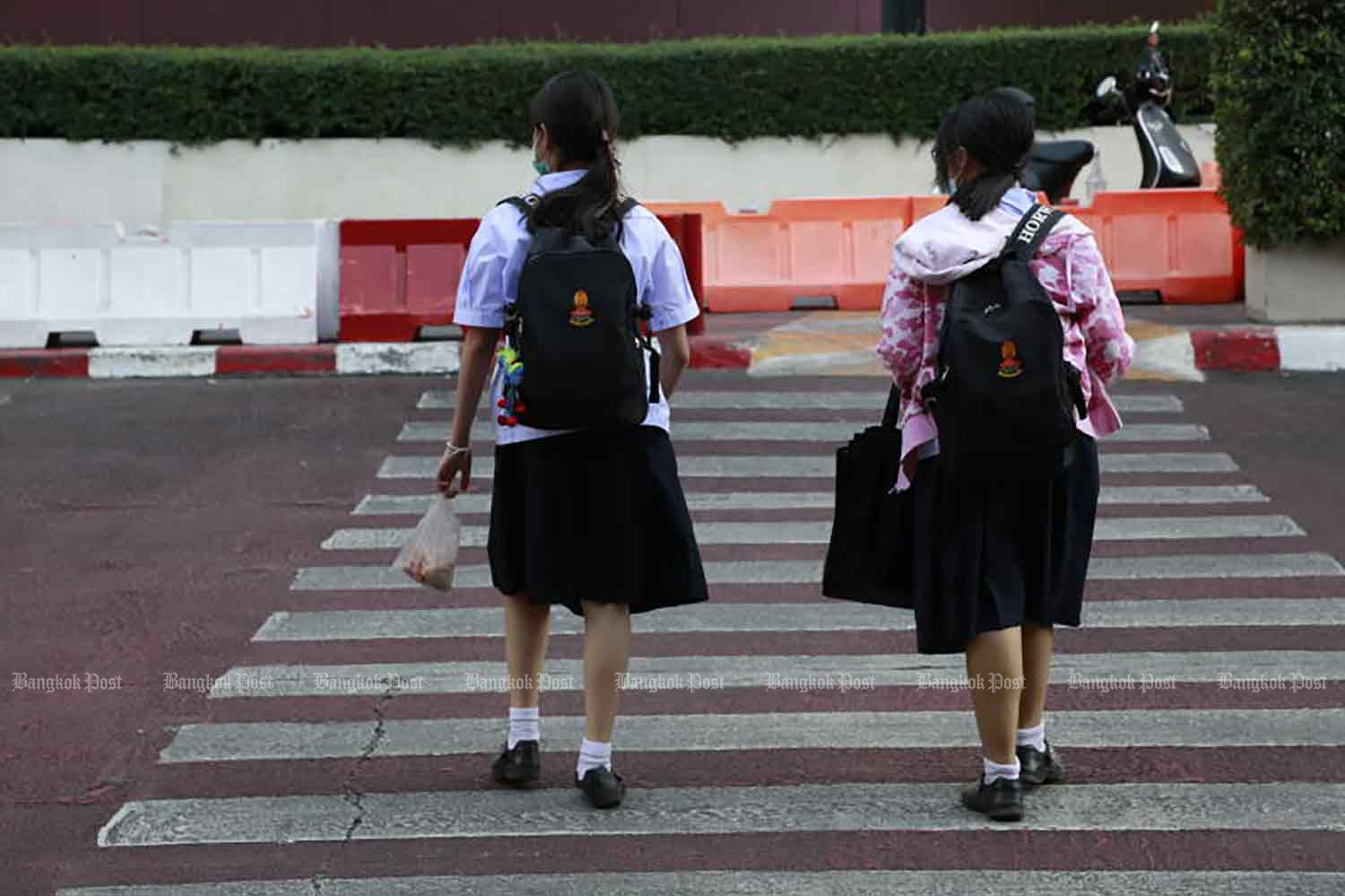 Students go to school in Bangkok on Tuesday. (Photo: Arnun Chonmahatrakool)
