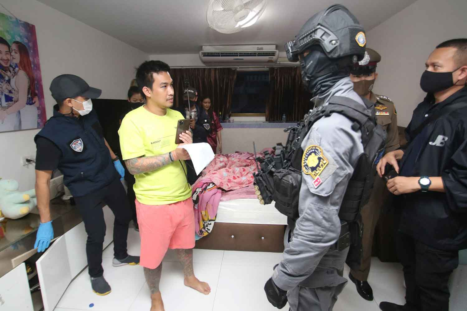 Siapo Po-arnon, yellow shirt, is arrested at his house in Phasicharoen district, Bangkok, on Thursday morning. (Police photo)