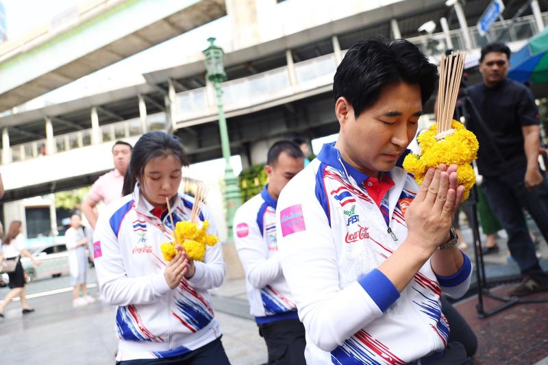 National taekwondo coach Choi Young Seok (right) and players pay their respects to the Erawan shrine on Nov 29, 2019.