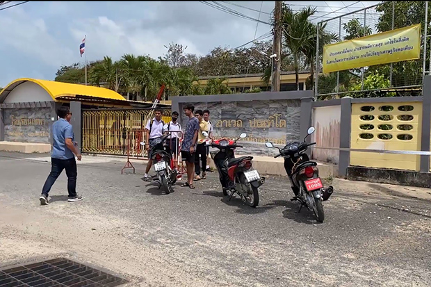 Students in front of the closed main gate at Thepa School in Thepa district of Songkhla. (Photo: Assawin Pakkawan)