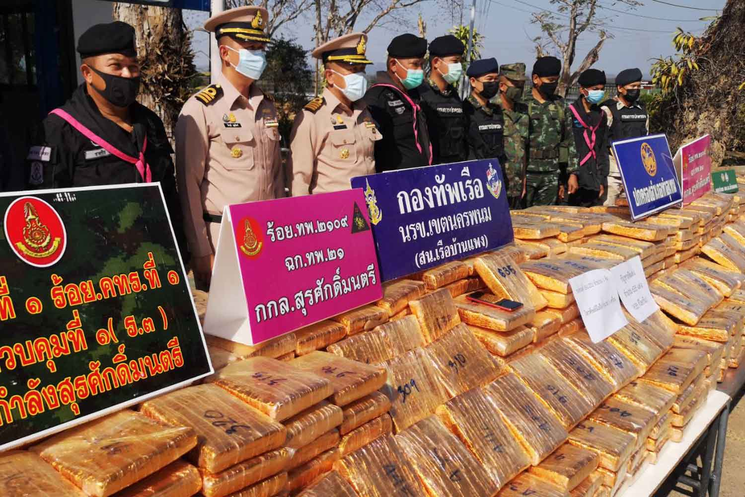 Packages of dried marijuana, 635 kilogrammes in total, on display at the Mekong Riverine Unit offices in Nakhon Phanom's Ban Phaeng district. It was seized from an abandoned  pickup on the Mekong river bank in Tha Uthen district early on Monday morning. (Photo: Pattanapong Sripiachai)