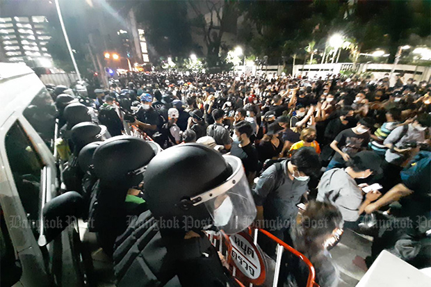 Protesters rally outside Pathumwan police station demanding the release of 10 demonstrators arrested at Pathumwan intersection. (Photo by Nutthawat Wicheanbut)