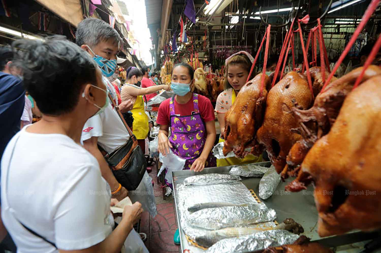 Bangkok's Chinatown was busy on Wednesday as people bought food to prepare offerings for the Chinese New Year on Friday. The same day, the country logged 201 new Covid-19 cases. (Photo: Chanat Katanyu)