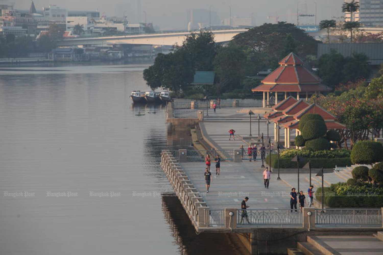 People exercise in Rama VIII public park, near Rama VII Bridge, on the Thon Buri side of the Chao Phraya River. (Photo: Apichart Jinakul)