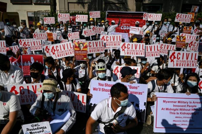 Myanmar protesters block arrests as UN demands Suu Kyi's release