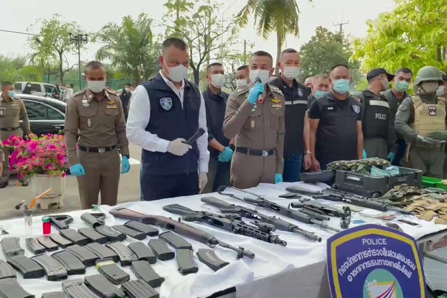 National police chief Pol Gen Suwat Jangyodsuk, centre, announces the seizure of firearms and a large amount of ammunition and the arrest of a Chinese man, 37, following a  raid on a condominium room in Bang Phli district, Samut Prakan, on Thursday. (Photo: Sutthiwit Chayutworakan)