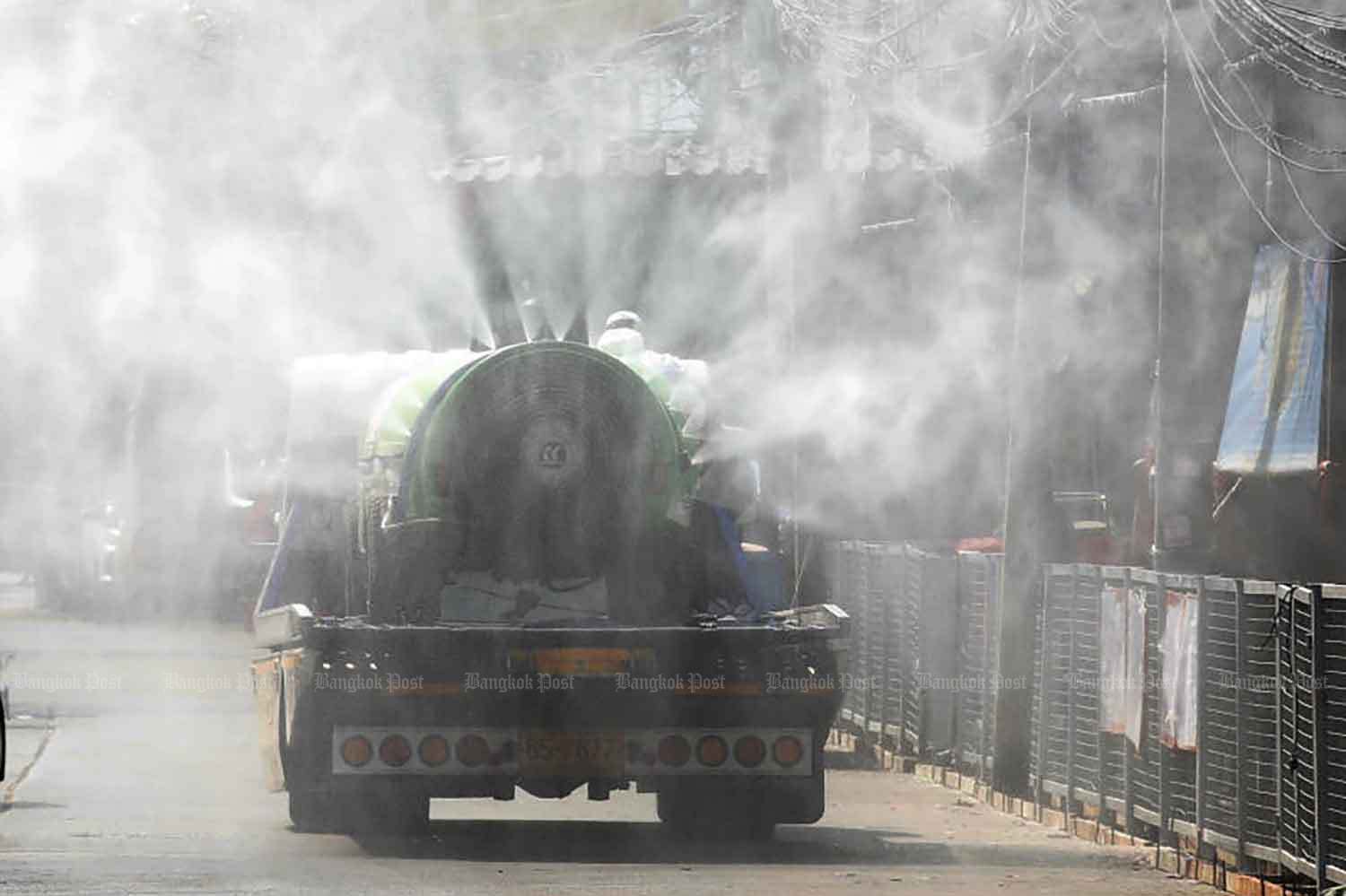 A truck sprays disinfectant at Pornpat market in Thanyaburi district of Pathum Thani. The province logged 22 new Covid-19 cases on Thursday, when 130 new infections were reported nationwide. (Photo by Apichit Jinakul)