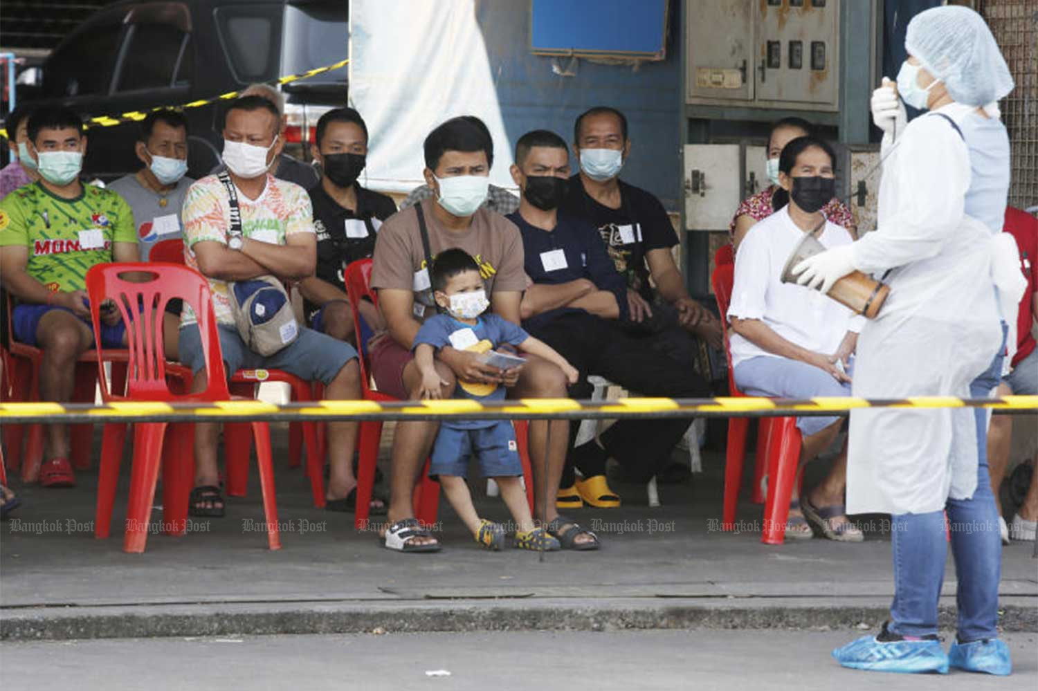 People wait to be tested for Covid-19 tests at Pornpat market in Thanyaburi district, Pathum Thani province, on Saturday. The wet market and Suchart market, both in tambon Prachathipat at the centre of a Covid cluster, remain close until Thursday. (Photo by Apichit Jinakul)