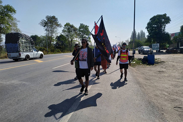 Demonstrators from the People Go group walk along Mittaphab Highway to Pak Chong district in Nakhon Ratchasima on Sunday. (Photo by Prasit Tangprasert)
