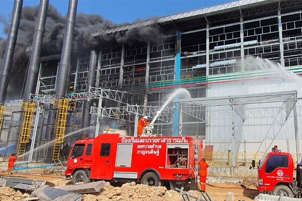 Fire crews at the scene of the blaze at the Sri Tang Gloves (Thailand) factory in Kanchanadit district of Surat Thani on Sunday. (Photo: Supapong Chaolan)