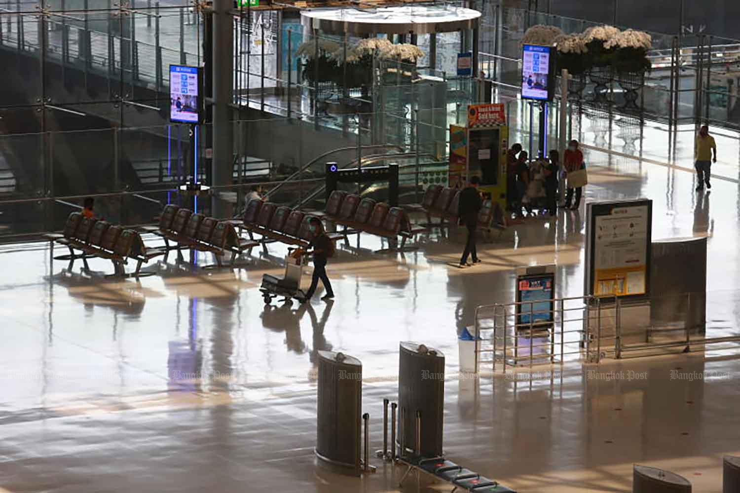 The passenger terminal at Suvarnabhumi airport stands silent, devoid of passengers. Travellers with the proper papers can now transit through the airport, with a maximum 12-hour stay. (Photo: Somchai Poomlard)