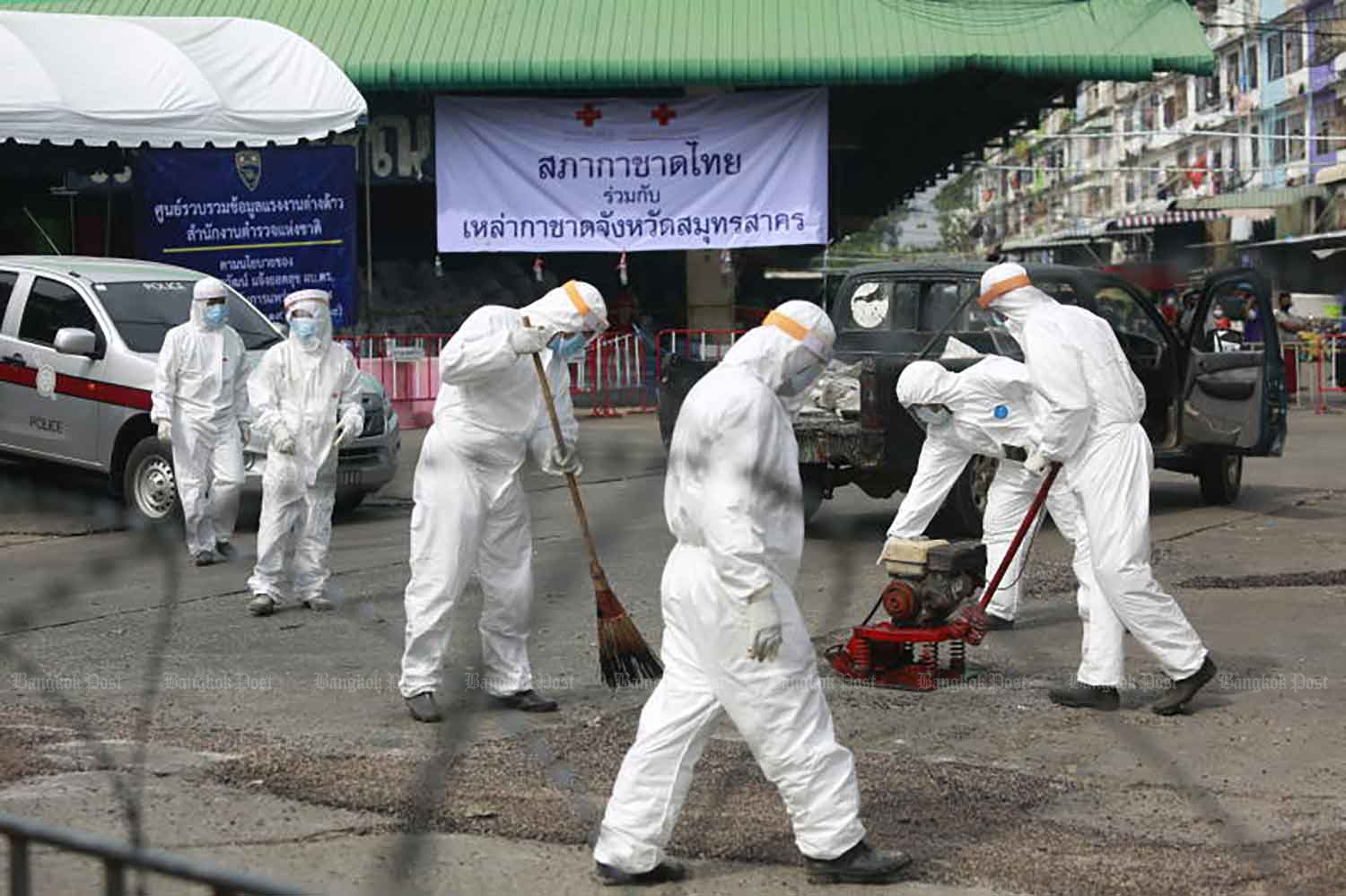 Disease control workers are on duty at the Central Shrimp Market in Muang district of Samut Sakhon last December. Authorities expect its reopening next Monday. (Photo by Arnun Chonmahatrakool)