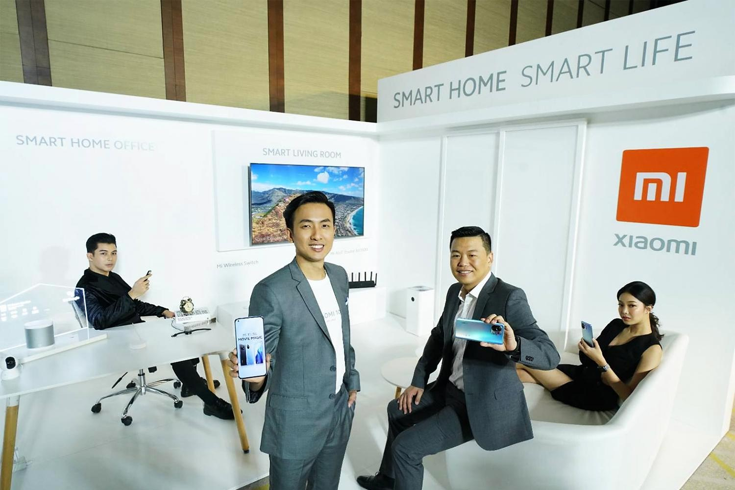 Mr Leong (centre left) says Xiaomi plans to double its marketing investment in Thailand this year.