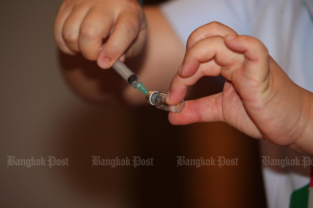 A doctor prepares to inject the Sinovac vaccine to health personnel at Bamrasnaradura Infectious Diseases Institute on Sunday. (Photo by Apichart Jinakul)