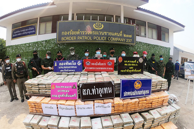 Police display a huge shipment of dried marijuana smuggled from Laos and seized in Tha Uthen district of Nakhon Phanom on Sunday. (Photo by Pattanapong Sripiachai)