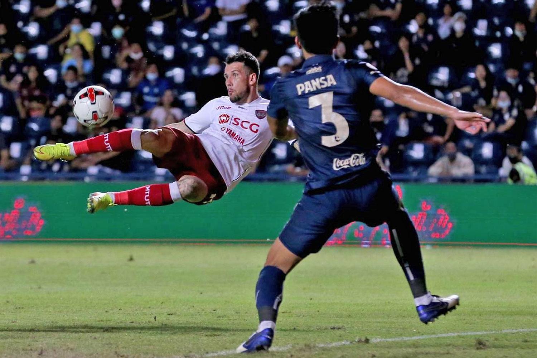 Muang Thong's Willian Popp shoots against Buriram in Thai League 1 last year.