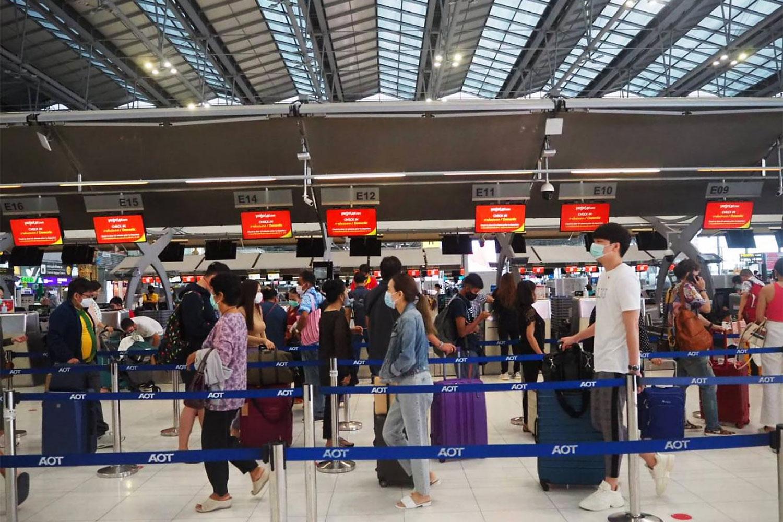 Domestic passengers queue at TVJ's check-in counter at Suvarnabhumi airport.(Photo by Dusida Worrachaddejchai)