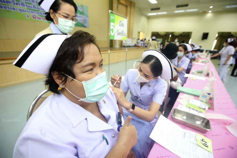 Covid-19 vaccination begins at Pathum Thani Hospital in Pathum Thani province on Monday. (Photo: Pattarapong Chatpattarasill)
