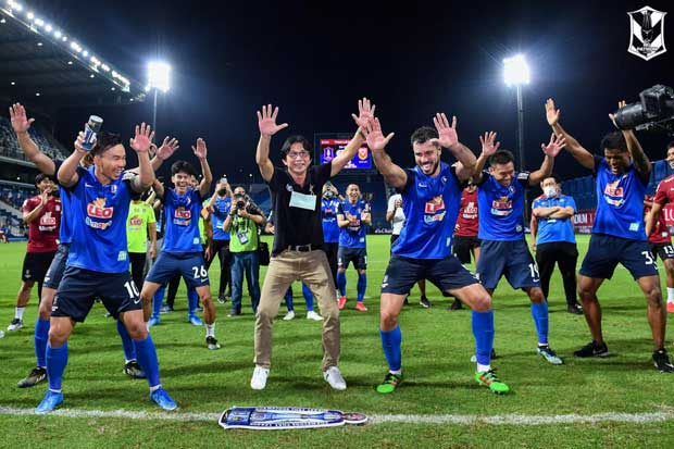 BG Pathum United coach Dusit Chalermsan (centre) and his players celebrate after winning the Thai League 1 title on Thursday.