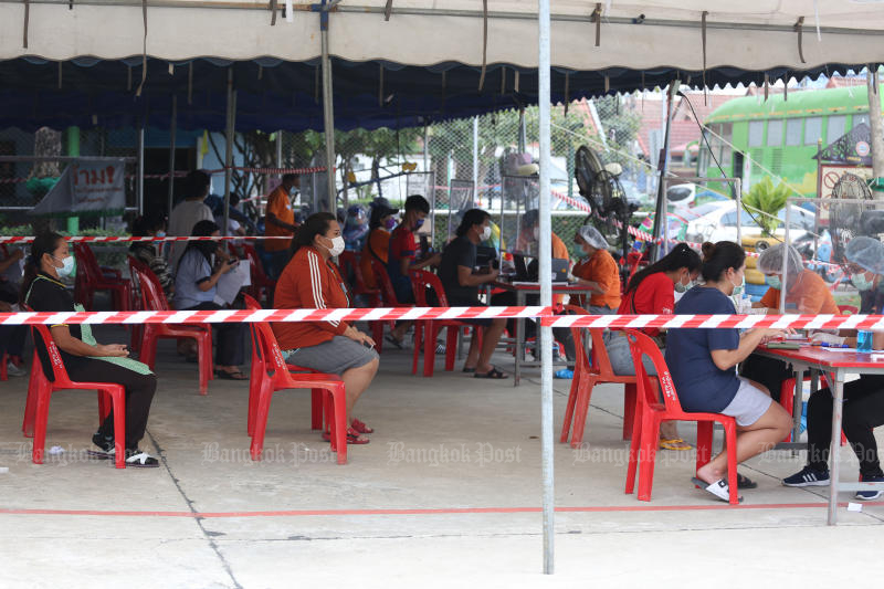FILE PHOTO: People wait for a Covid-19 test after being notified by the Rangsit municipal office that a noodle vendor had recently tested positive for the virus, in Pathum Thani on March 4. (Bangkok Post photo)
