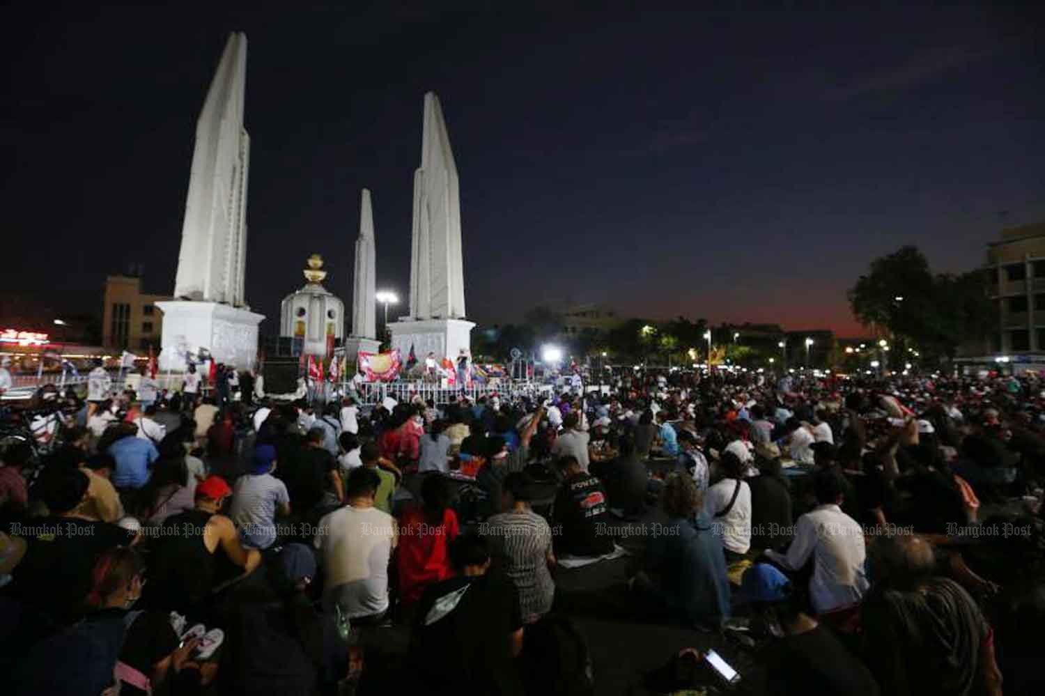 Anti-government demonstrators gather at Democracy Monument in Bangkok on Sunday. Foreign students can take part, if they stay within the law, says the immigration chief.(Photo: Varuth Hirunyatheb)