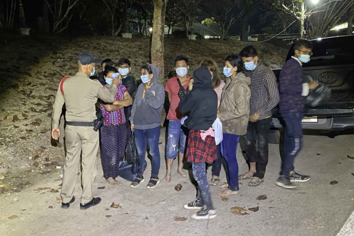 Myanmar job-seekers are held at the border checkpoint at Ranti bridge in Sangkhlaburi district, Kanchanaburi, early on Wednesday morning. They were arrested while hiding in a bamboo forest after crossing illegally into Thailand. (Photo: Piyarat Chongcharoen)
