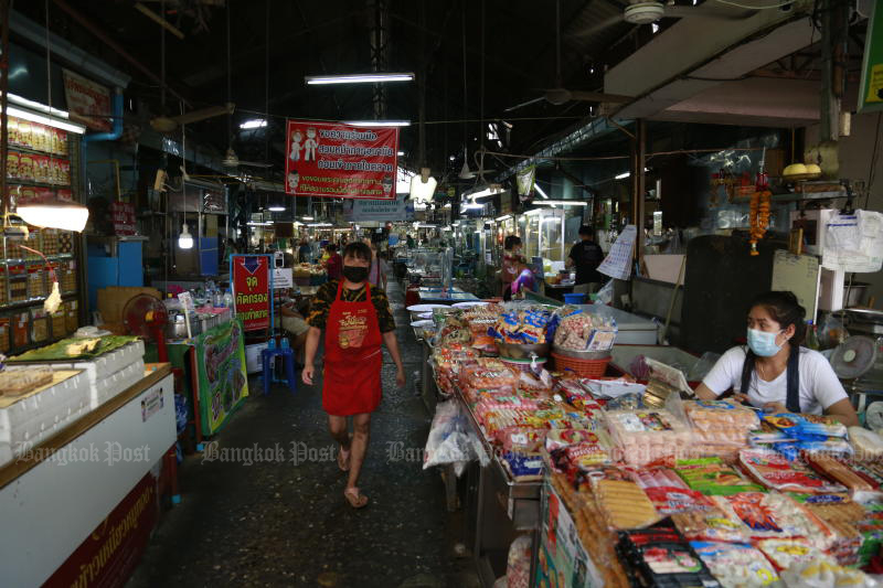 Vendors find few shoppers at Bang Khae Market after the new coronavirus surge was found in the area. (Photo by Arnun Chonmahatrakool)