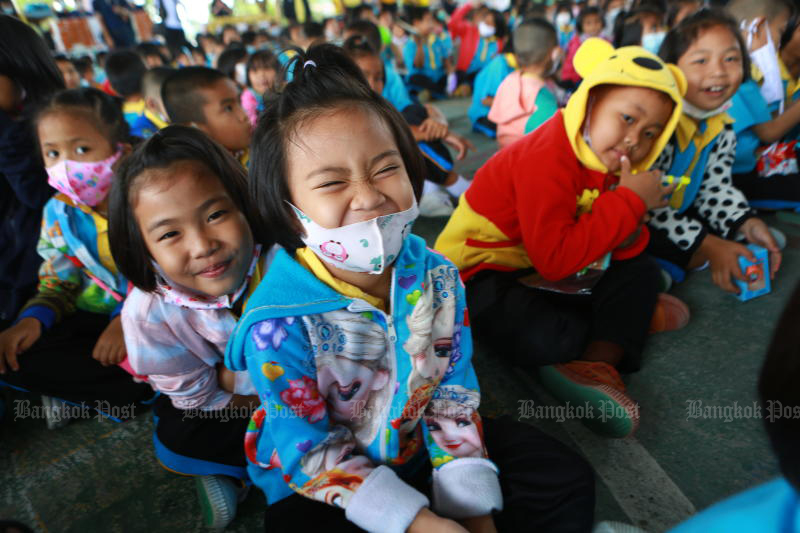 Youngsters smile at the camera at Bang Sao Thong Klang School in Samut Prakan on Nov 12, 2020. Thailand's ranking in the World Happiness Report this year stays put at 54th. (Photo by Somchai Poomlard)
