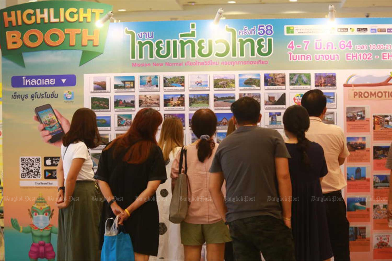 Visitors check out travel promotions at the 58th Thai Tiew Thai travel fair, on March 4 at Bitec Bangna. (File photo)