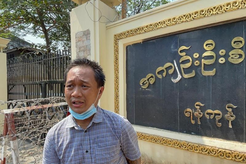 Associated Press (AP) photographer Thein Zaw stands outside Insein prison in Yangon on March 24, 2021, after being released with coup detainees who had been held for taking part in demonstrations against the military coup. (AFP photo)