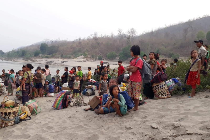 Karen refugees carrying belongings are seen at Salween riverbank in Mae Hong Son on Thursday. (Reuters photo)