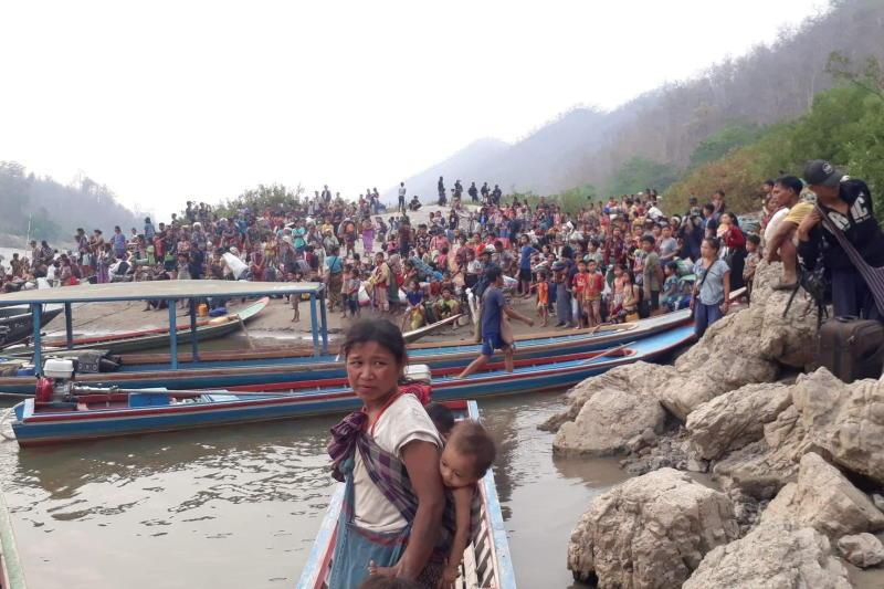 Karen refugees carrying belongings are seen at Salween riverbank in Mae Hong Son on Monday. (Photo: Karen Women's Organization/Handout via Reuters)