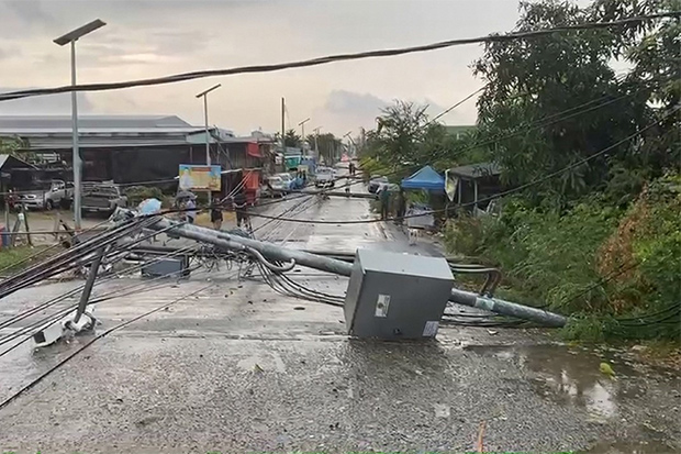 Storm winds brought down 13 electricity poles at a community in Bang Phli district of Samut Prakan on Sunday, causing a local blackout. (Photo: Sutthiwit Chaiyouworakan)