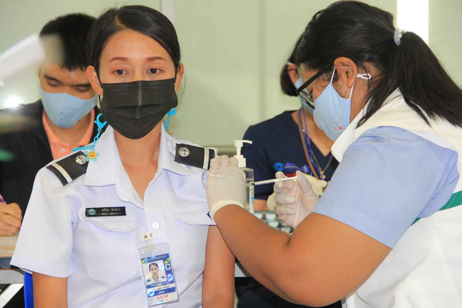 A Suvarnaphumi airport employee receives Sinovac's Covid-19 vaccine on Monday. The airport aims to inoculate all staff by the end of next month. (Photo: Sutthiwit Chayutworakan)
