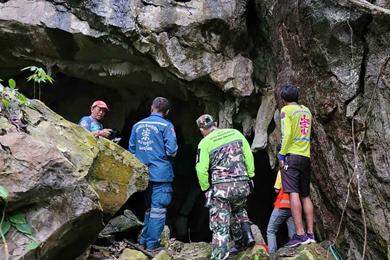 Rescue workers gather at Phra Sai Ngam cave in Noen Maprang district of Phitsanulok to prepare a rescue mission. (Photo: Chinawat Singhha)