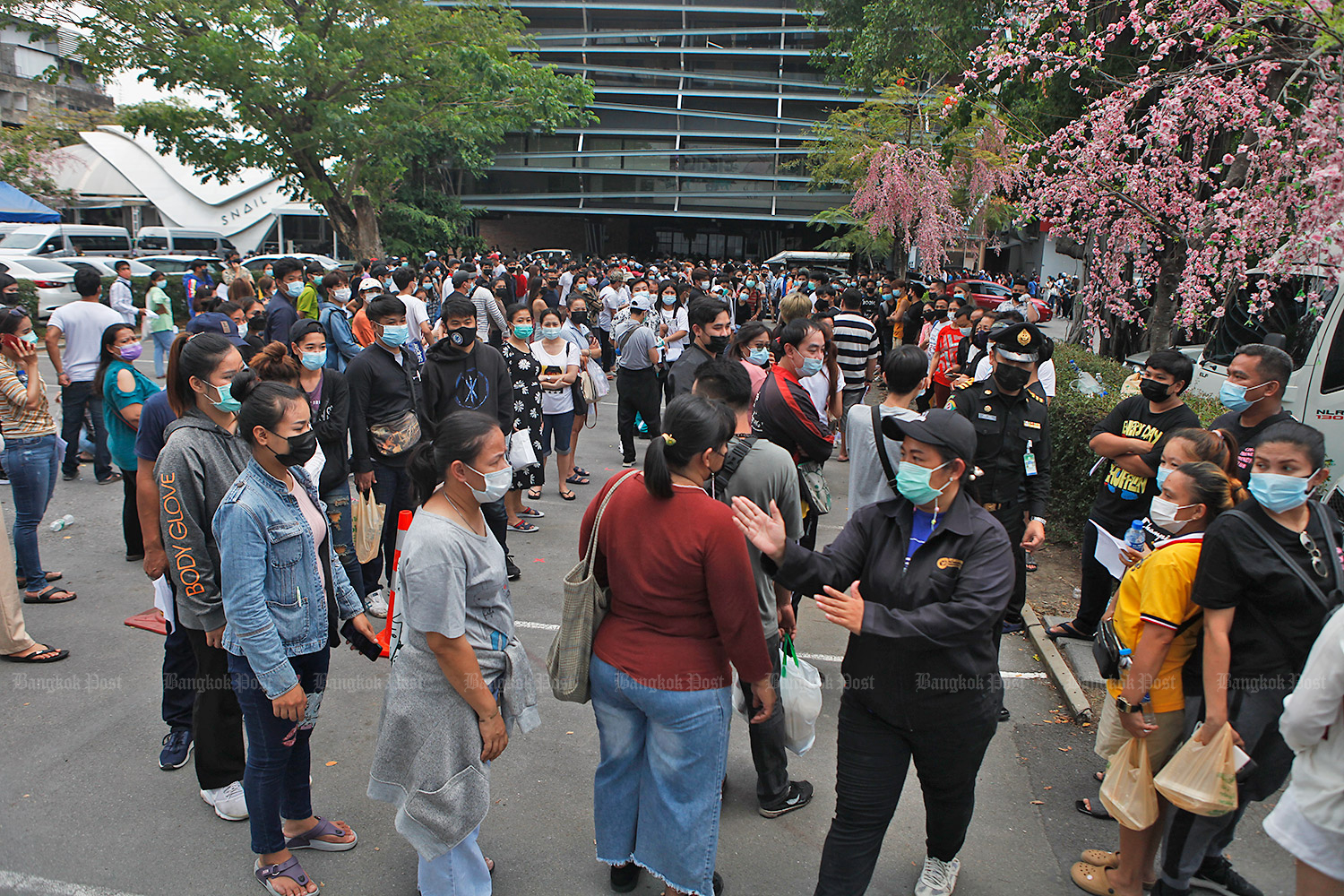 People turn up in droves to get Covid-19 tests near the Bar Bar Bar pub in the Thong Lor area of the capital.(Photo by Nutthawat Wicheanbut)