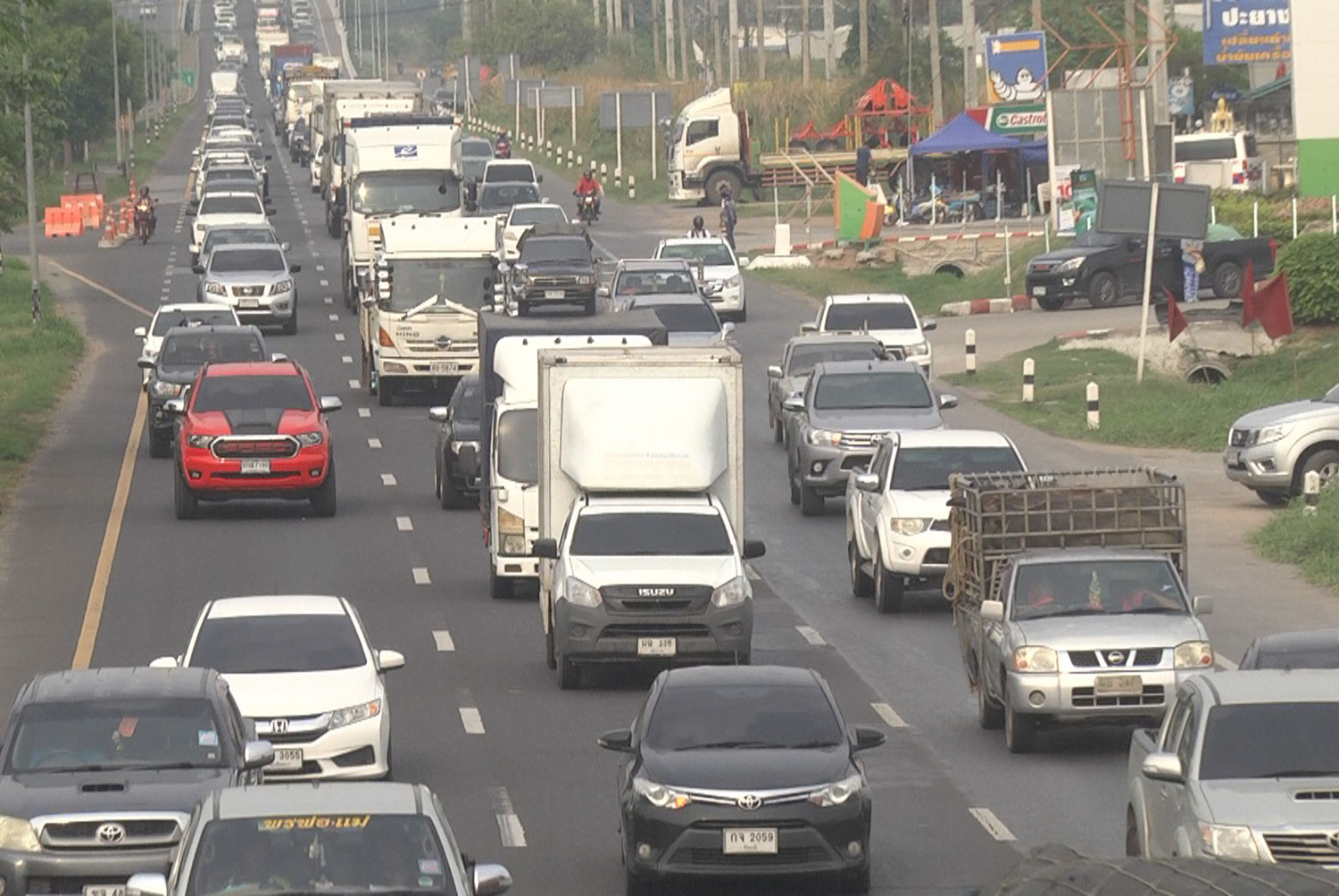 Traffic is heavy at several sections of the Northeast-bound Mittraphp Highway in Nakhon Ratchasima on Saturday as Songkran revellers begin trips to their provinces during the long holiday amid rising Covid-19 infections. (Photo: Prasit Tangprasert)