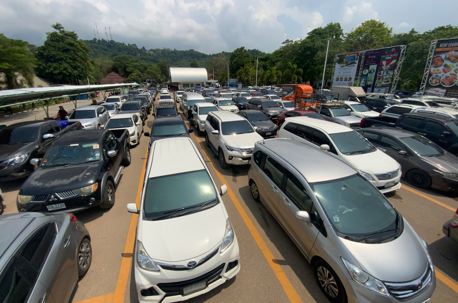 Traffic is heavy on the road leading to the Ao Thammachart ferry pier in Laem Ngop district of Trat as tourists flock to Koh Chang on Saturday. (Photo: Jakkrit Waewkhraihong)