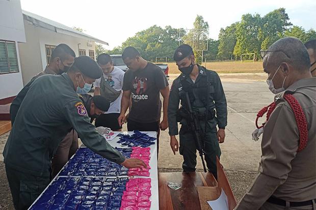 Border Patrol police on Sunday show methamphetamine pills seized in Tha Uthen district in Nakhon Phanom on Saturday night. (Photo by Pattanapong Sripiachai)