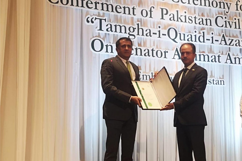 Pakistani Ambassador Asim Iftikhar Ahmad, right, presents the Tamgha-i-Quaid-i-Azam, or Quaid-i-Azam Medal award to Senator Anumat Amat for his exemplary public service, social work and the promotion of Pakistan-Thai relations. (Photo: Pakistani Embassy to Thailand)