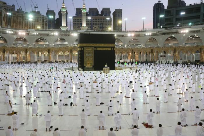 'Immunised' Muslim pilgrims in Mecca as Ramadan begins
